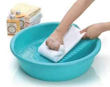 手洗搓揉衣物